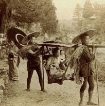 Giappone. Geisha viaggia in yama kago nel 1901