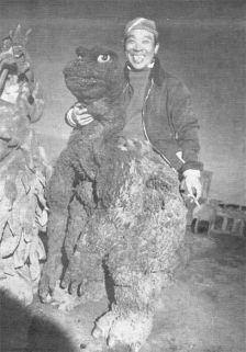 Godzilla sul set fuma tra una ripresa e l'altra