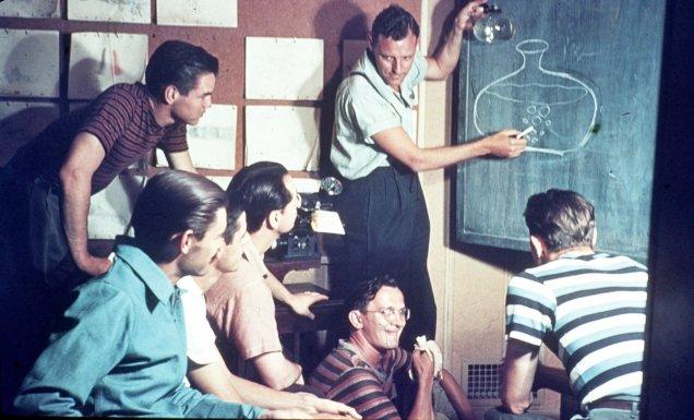 """I lavoratori Disney in una riunione su come animare le bolle d'acqua in """"Pinocchio"""", 1939"""