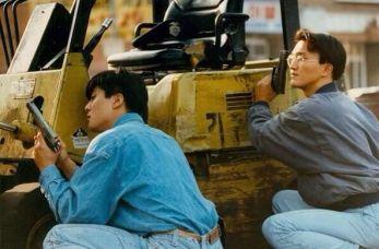 I proprietari dei negozi si armano per difendere le loro attività in Koreatown, Los Angeles, durante la Rivolta di Los Angeles, 1992