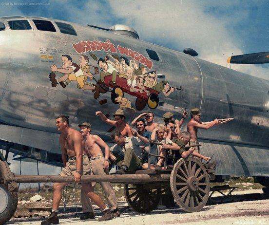 Il capitano Walter 'Waddy' Young e il suo equipaggio imitano le caricature sul loro B-B29, 24 novembre 1944 (Foto colorata)