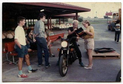 La quattordicenne Gwen Stefani riceve un autografo da Sting nel 1983