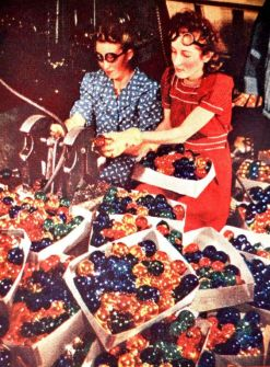 Lavoratrici fanno gli ultimi ritocchi alle palle di Natale, 1940