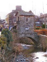 L'evasione fiscale, in stile 17 ° secolo. The Bridge House, Ambleside - costruita su un fiume tra due giurisdizioni