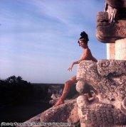 Modella di Vogue su una sporgenza del tempio Maya di Chichen Itza che si affaccia sull'antica Quetzalcoatl, 1968