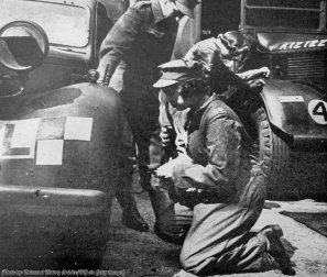 Principessa (poi regina) Elisabetta di Gran Bretagna fa un lavoro tecnico di riparazione durante il suo servizio militare della seconda guerra mondiale, 1944