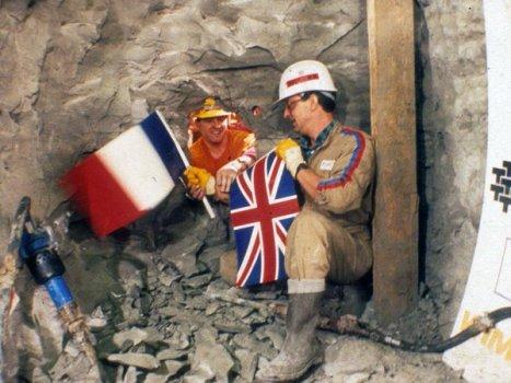 Operai francesi e inglesi quando entrambi i lati del tunnel sotto la Manica si sono incontrati, 1990