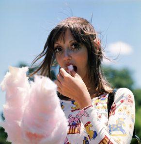 """Shelley Duvall mangia zucchero filato sul set di """"Anche gli uccelli uccidono"""" (1970)"""