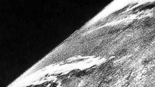 Questa foto è stata scattata nello spazio subito dopo la Seconda guerra mondiale (1946). Un team di soldati e scienziati ha utilizzato un missile tedesco V-2 dotato di una fotocamera per farla. Rendendola la prima foto dallo spazio