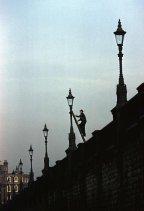 Un lampionaio fa il suo giro, Londra, 1962. Fotografia di George Rodger
