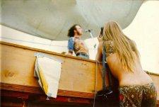 Una ragazza fotografa Joe Cocker durante la sua performance a Woodstock, 1969