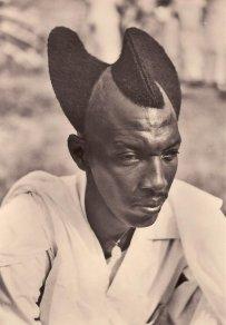 Uomo ruandese con acconciatura Amasunzu, 1923
