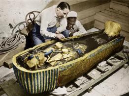 1923. Foto colorata dell'archeologo inglese Howard Carter mentre rimuove gli oli dal sarcofago d'oro di Tutankhamon dopo aver aperto la tomba. Foto di Harry Burton