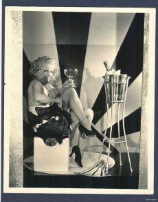 1930 - l'attrice Polly Walters è pronta per festeggiare il nuovo anno con un generoso bicchiere di spumante