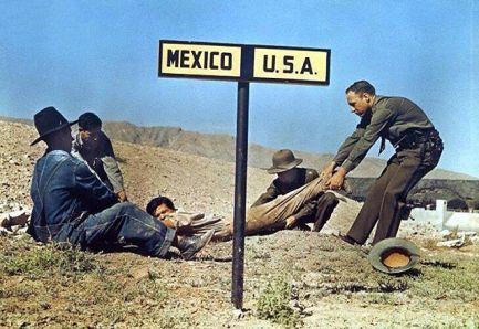 1939. Un agente di pattuglia di confine cerca di trattenere un latitante messicano negli Stati Uniti, vicino a El Paso, Texas. Foto di Luis Marden