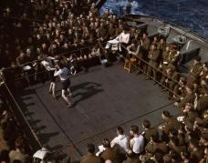 1943. Soldati britannici guardano un incontro di boxe su una nave di truppe partita dall'Inghilterra verso il Nord Africa. Foto di Robert Capa