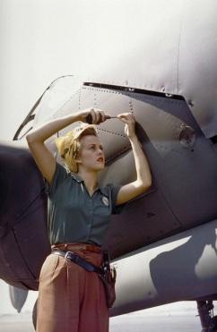 1944. Un'impiegata Lockheed lavora su un P-38 Lightning, Burbank, California