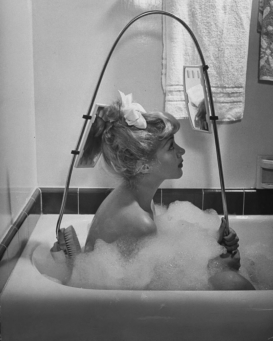 1947. Una donna con una spazzola innovativa per pulire la schiena, commercializzata da Los Angeles Brush Manufacture Inc., che è dotata di specchi anteriori e retrovisori in modo da poter vedere dove si agisce. Foto di Allan Grant