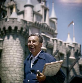 1955. Walt Disney sorride di fronte al castello di Fantasyland il giorno di apertura di Disneyland. Foto di Allan Grant