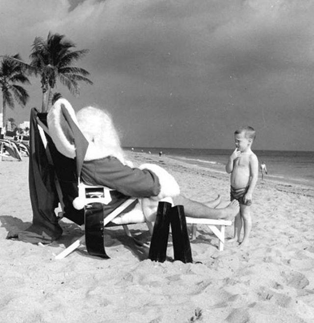 1964, Florida. Bambino guarda un Santa Claus spiaggiato