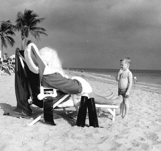 1964, Florida. Bambino guarda un Santa Claus sulla spiaggia