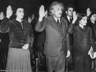 Albert Einstein, la sua segretaria Helen (a sinistra), e la figlia Margherita (a destra) diventano cittadini statunitensi per evitare di tornare nella Germania nazista, 1940