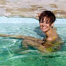 Audrey Hepburn nuota nel sud della Francia durante le riprese di 'Due Per La Strada', 1966