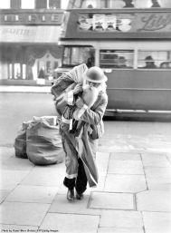 Babbo Natale scambia il suo cappuccio rosso con un casco per portare i regali durante il bombardamento di Londra 1940