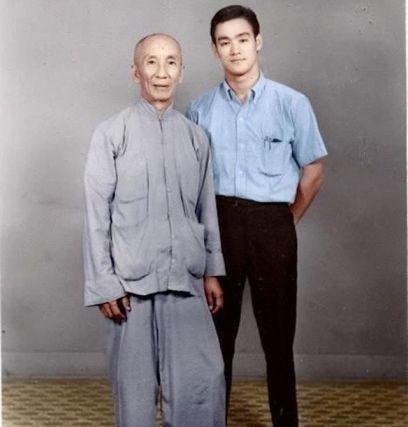 Bruce Lee con il suo maestro Ip Man circa 1960