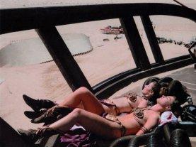 Carrie Fisher e la sua controfigura Tracey Eddon prendono il sole durante una pausa dalle riprese Il ritorno dello Jedi