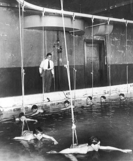 Circa 1930. Ragazzi imparano a nuotare in una specie di giostra in una scuola di Cincinnati