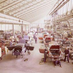 Circa 1967. Catena di montaggio in una fabbrica Porsche di Stoccarda