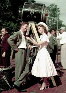 "Debbie Reynolds e Donald O'Connor sul set di ""I Love Melvin"", 1953"