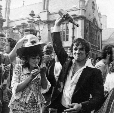 Studenti della Oxford University festeggiano la fine degli esami (1976)