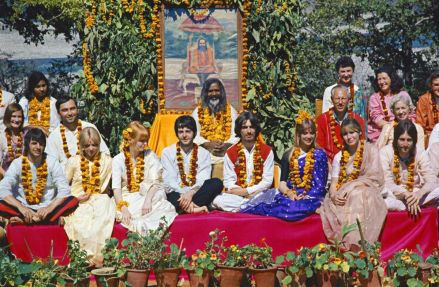 I Beatles, coppie e amici con Maharishi Mahesh Yogi in India, 1968, foto di Paul Salzman