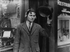 Il diciottenne inventore H. Day indossa le cuffie collegate al suo cappello a cilindro, 1922