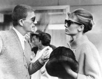 """Il regista Blake Edwards parla con Audrey Hepburn sul set di """"Colazione da Tiffany"""""""