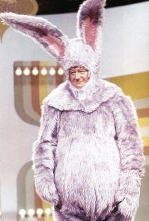 John Wayne travestito da coniglio rosa, 1969