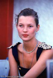Kate Moss backstage a una sfilata di moda nei primi anni 90