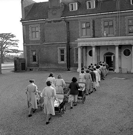 Ken Russell - Feeding time, 1957