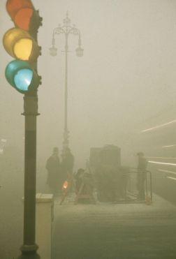 La nebbia a Londra nel dicembre 1952. Il più letale disastro dovuto all'inquinamento atmosferico nella storia britannica