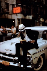 Lettore, New York City, 1962, by Ernst Haas