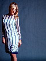 Sharon Tate, per Harper Bazaar di David McCabe, mentre fa la modella con un vestito di Bill Blass per Maurice Rentner. 1967