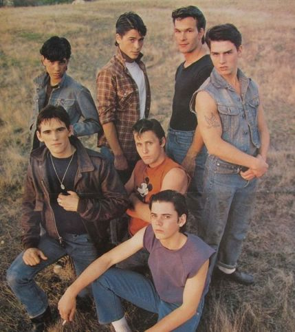Tom Cruise, Matt Dillon, Patrick Swayze, Ralph Macchio, Emilio Estevez, C. Thomas Howell e Rob Lowe sul set di The Outsiders, 1983
