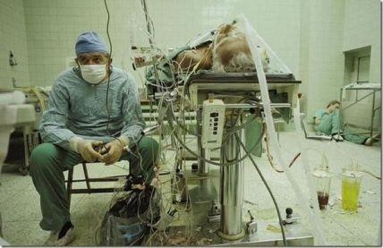 Un chirurgo cardiaco a riposo dopo un lungo trapianto di cuore di 23 ore (finito con successo). Il suo assistente sta dormendo in un angolo