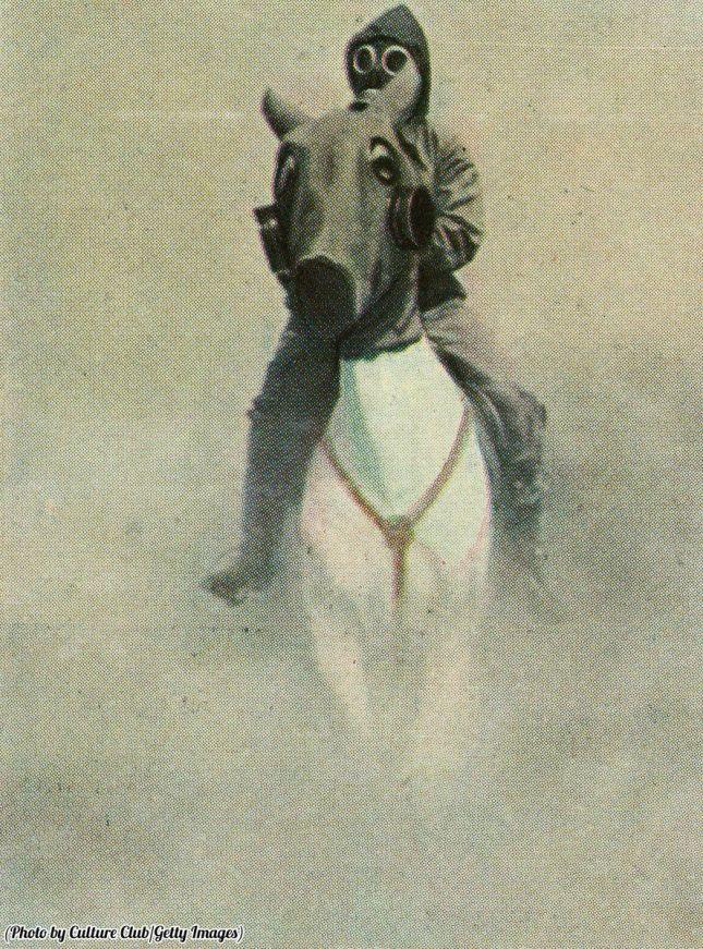 Un soldato di cavalleria inglese e il suo cavallo durante un attacco di gas indossano maschere di protezione e copertura del corpo, 1934