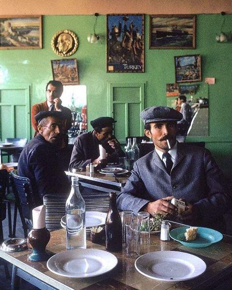 Uomini turchi che pranzano in un ristorante di Nevsehir chiamata Lokanda, 1970. Fotografia di Bill Ray