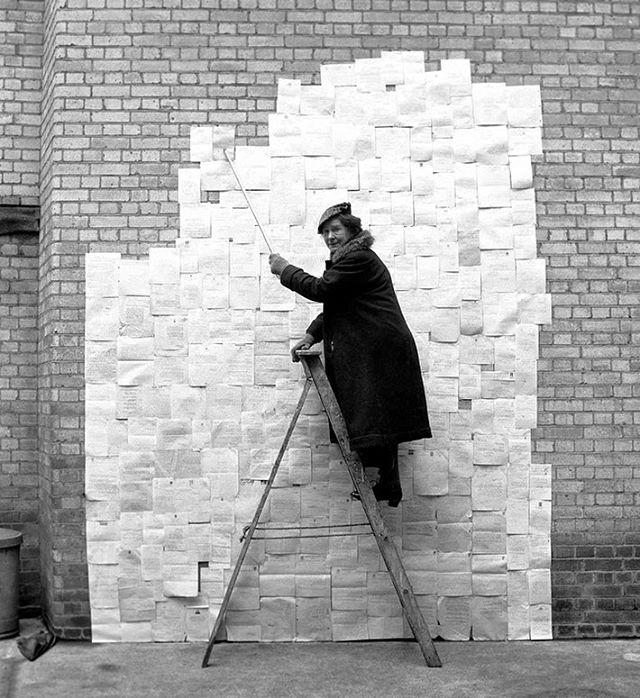 Zora Raeburn con un montaggio delle lettere di rifiuto che ha ricevuto dagli editori. Foto di Ken Russell