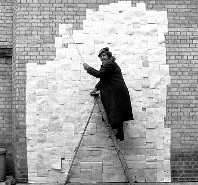 Zora con un montaggio delle lettere di rifiuto che ha ricevuto dagli editori. Foto di Ken Russell
