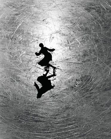 1934. La campionessa austriaca di pattinaggio su ghiaccio Melitta Brunner si esercita in pista. Foto di Alfred Eisenstaedt